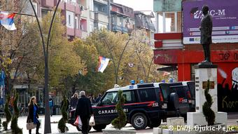 Kosovo Serbien l Alltag in Mitrovica - Fußgängerzone mit KFOR-Polizei (DW/J. Djukic-Pejic)