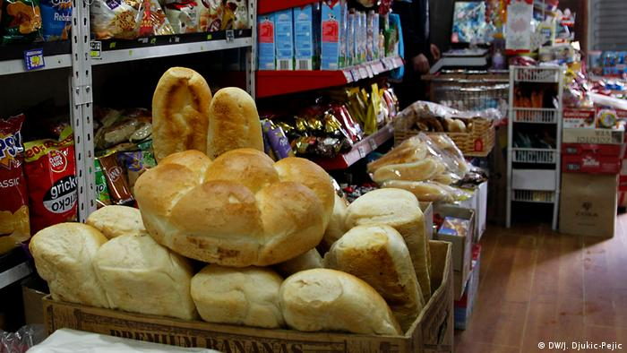 Kosovo Serbien l Alltag in Mitrovica - Supermarkt