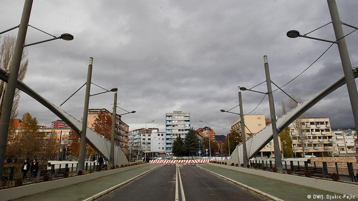 Blick vom hauptsächlich von Albanern bewohnten dominierten Süd-Mitrovica über die Brücke über den Fluss Ibar auf die serbisch dominierte Nordseite der geteilten Kosovo-Stadt. Die Brücke musste am 24.11.2018 nach Unruhen für den Autoverkehr geschlossen werden