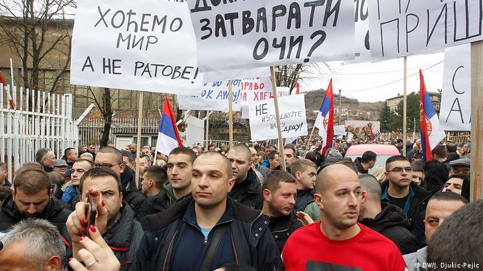 Serben aus Nord-Mitrovica protestieren gegen 100 % Zölle die Kosovo auf Serbische und Produkte aus Bosnien und Herzegowina eingeführt hat