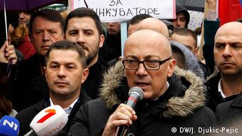 Serben aus Nord-Mitrovica protestieren gegen 100 % Zölle die Kosovo auf Serbische und Produkte aus Bosnien und Herzegowina eingeführt hat (DW/J. Djukic-Pejic)