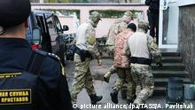 27.11.2018, Russland, Simferopol: SIMFEROPOL, CRIMEA, RUSSIA - NOVEMBER 27, 2018: Outside Simferopol's Kiyevsky District Court ahead of a hearing into the case of servicemen from Ukrainian Navy vessels detained by the Russian Federal Security Service for violating the Russian border in the Kerch Strait on November 25, 2018. Alexei Pavlishak/TASS Foto: Alexei Pavlishak/TASS/dpa |