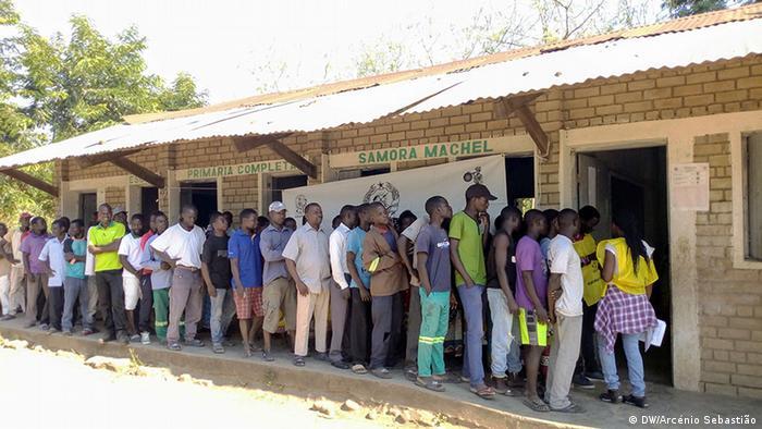 Eleitores durante repetição das autárquicas em Marromeu, em novembro