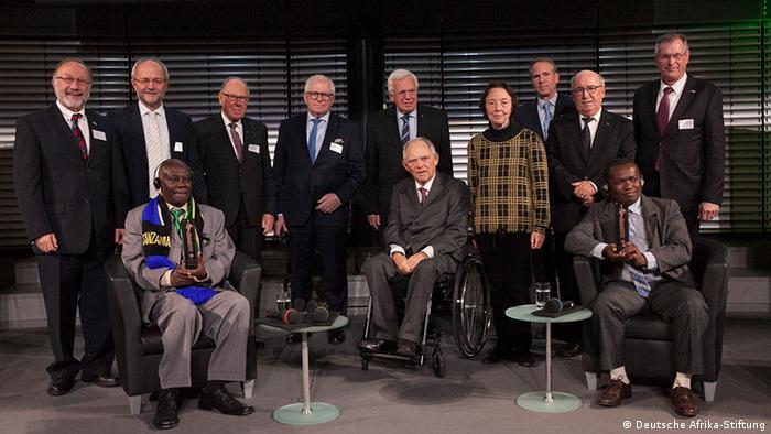 Cerimónia em Berlim: Gerald Bigurube (esq.), Presidente alemão Wolfgang Schäuble (centro) e Clovis Razafimalala (dir.)