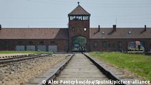 Eingangstor und Schienen zum Vernichtungslager Auschwitz-Birkenau