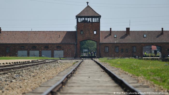 مدخل معسكر الاعتقال النازي السابق في أوشفيتس حيث قتل مئات آلاف اليهود فيه