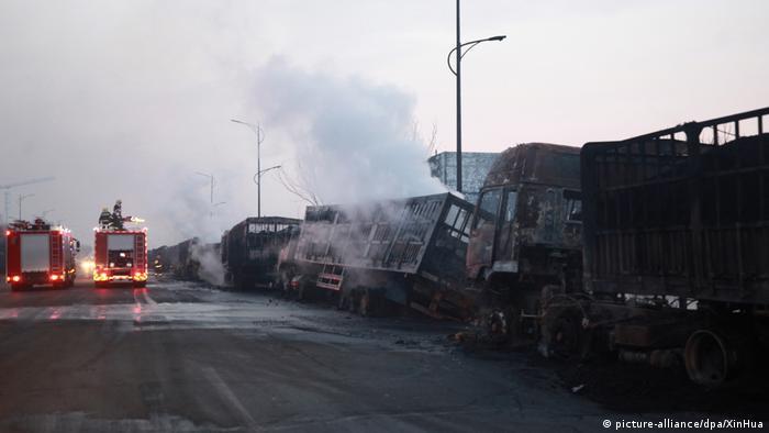 Сгоревшие грузовые автомобили у места взрыва 28 ноября