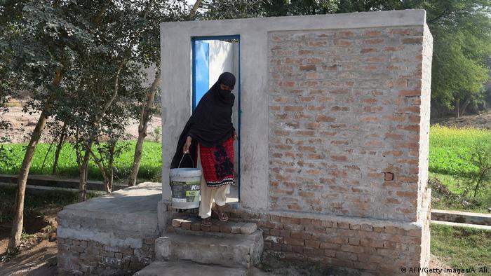 Pakistanische Frauen kämpfen für Toiletten (AFP/Getty Images/A. Ali)
