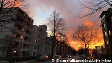27.11.2018, Hamburg: Im Stadteil Winterhude entsteht bei einem Sonnenuntergang durch das sich in den Wolken brechende Licht der Eindruck eines Großfeuers. Foto: Axel Heimken/dpa +++ dpa-Bildfunk +++   Verwendung weltweit