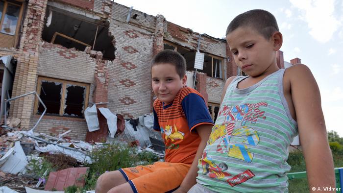Мальчики из села Никишино. На заднем плане - бывший Дом культуры