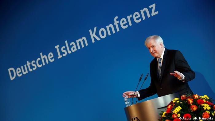 İçişleri Bakanı Horst Seehofer İslam Konferansında, yurtdışı kaynakların kesilmesi talebini yineledi.