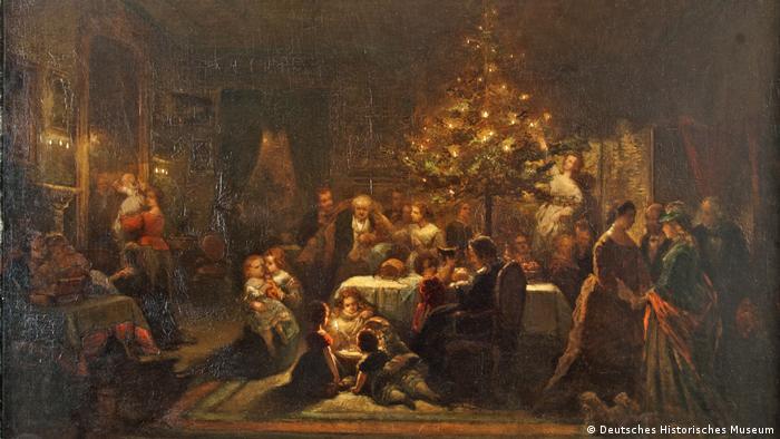 Das Gemälde von Eduard Geselschap zeigt ein Familienidyll mit spielenden Kindern und festlich geschmücktem Gabentisch in einem von Kerzenlicht erhellten Salon (DHM)