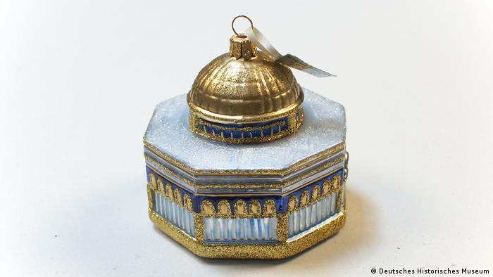 Man sieht die gold umfasste Miniatur des achteckigen Felsendoms (DHM)