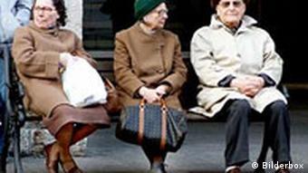 Alte Menschen auf einer Bank