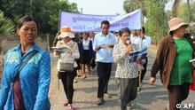 Jedem Bürger eine Stimme - Basis-Arbeit der kambodschanischen NGO Advocacy and Polica Institute (API). Copyright : API , frei zur Verwendung durch die DW. Traffic Law Implementation Campaign on Road Safety.