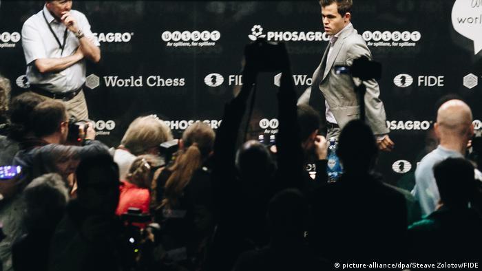 Schachweltmeisterschaft 2018 | Magnus Carlsen vs. Fabiano Caruana | Tie-Break (picture-alliance/dpa/Steave Zolotov/FIDE)