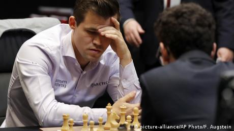 Schachweltmeisterschaft 2018 | Magnus Carlsen vs. Fabiano Caruana | Tie-Break (picture-alliance/AP Photo/F. Augstein)