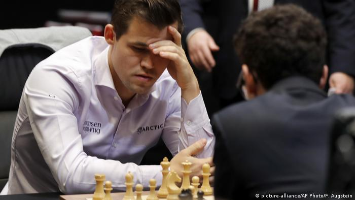 Schachweltmeisterschaft 2018 | Magnus Carlsen vs. Fabiano Caruana | Tie-Break (picture-alliance/AP Photo/F. Augstein)