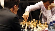 28.11.2018, Großbritannien, London: Schach: Weltmeisterschaft, Tiebreak, Carlsen (Norwegen) - Caruana (USA). Der amtierende Schachweltmeister Magnus Carlsen (r) und sein Herausforderer Fabio Caruana (l) sitzen sich zu Beginn der entscheidenden Partie am Schachbrett gegenüber. Nach zwölf Unentschieden im WM-Duell in den vergangenen zwei Wochen wird nun im Endspiel eine Entscheidung erzwungen. Foto: Frank Augstein/AP/dpa +++ dpa-Bildfunk +++ |