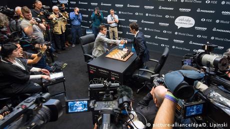 Schachweltmeisterschaft 2018 | Magnus Carlsen vs. Fabiano Caruana | Tie-Break (picture-alliance/dpa/D. Lipinski)
