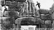 Wilhelm Dörpfeld and Heinrich Schliemann at the Lion Gate of Mycenae. ( Fine Art Images / Heritage Images) | Verwendung weltweit, Keine Weitergabe an Wiederverkäufer.