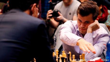 Schachweltmeisterschaft 2018 | Magnus Carlsen vs. Fabiano Caruana | Tie-Break (Getty Images/AFP/T. Akmen)