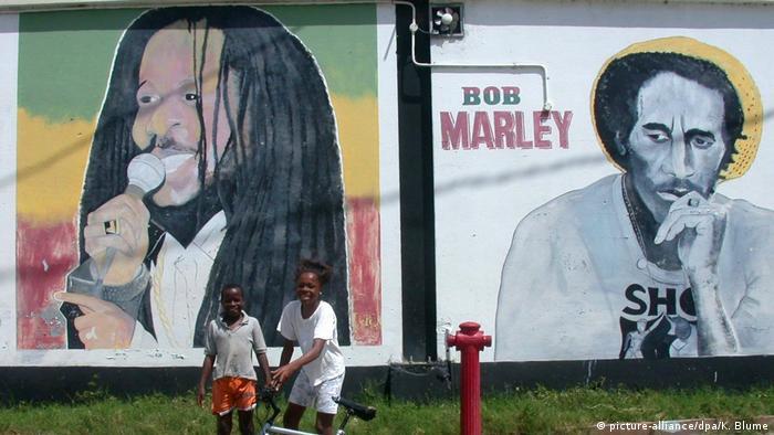 Plakate mit Bob Marley in Kingston (picture-alliance/dpa/K. Blume)