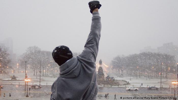 Sylvester Stallone als Rocky reißt den Arm zum Sieg nach oben (picture-alliance/ Mary Evans Picture Library)
