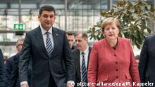 29.11.2018, Berlin: Bundeskanzlerin Angela Merkel (CDU) kommt neben Wladimir Groisman, Ministerpräsident der Ukraine, zum 3. Deutsch Ukrainischen Business-Forum. Foto: Michael Kappeler/dpa | Verwendung weltweit