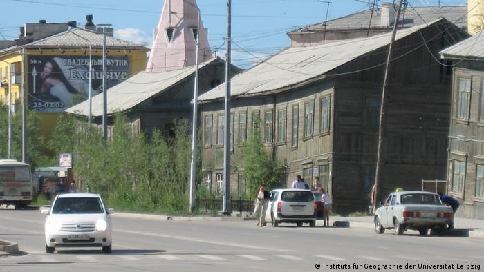 Деформированные из-за таяния почвы дома в Якутске