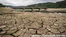 ARCHIV - 20.08.2018, Hessen, Asel-Süd: Völlig ausgetrocknet ist der Boden des Edersees nahe der Aseler Brücke. Die Brücke liegt normalerweise weit unter dem Wasserspiegel. Monatelange Trockenheit hatte die historische Bogenkonstruktion aber wieder ans Licht gebracht. (Zu dpa «Wetterdienst: Hitze-Sommer zeigt Bedeutung von Klimaanpassung») Foto: Boris Roessler/dpa +++ dpa-Bildfunk +++ | Verwendung weltweit