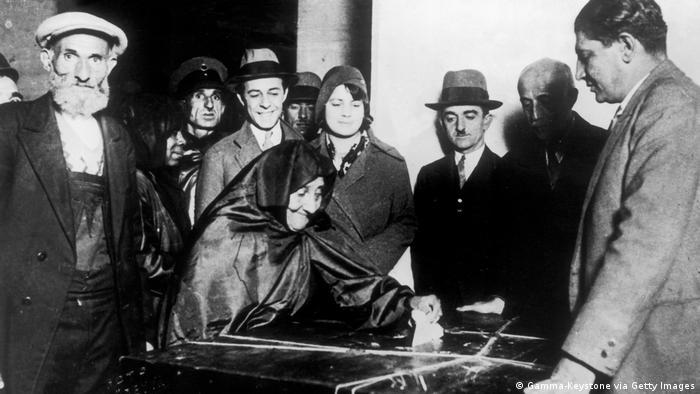1930 yılı Türkiye'dekadınların seçim haklarını elde etmelerinin başlangıcı oldu. Yürürlüğe giren Belediye Kanunu ile ilk defa belediye seçimlerine katılma ve aday olma hakkına sahip oldular. Bu fotoğrafın çekildiği gün 26 Ekim 1933'te de muhtar seçme ve seçilme hakkını elde ettiler. Aydın'da muhtar seçilen Gül Esin, Türkiye'nin ilk kadın muhtarı olarak tarihe geçti.