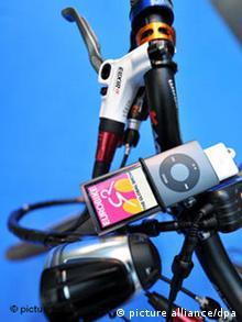 iPod klemmt an einem Fahrradlenker (Foto: DPA)
