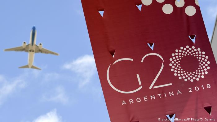 Plane flying over G20 banner (picture-alliance/AP Photo/G. Garello)