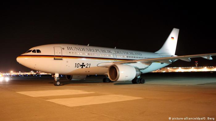 German Chancellor Angela Merkel's plane at Cologne/Bonn airport (picture-alliance/dpa/O. Berg)