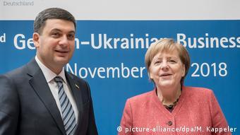 Deutschland - 3. Deutsch-Ukrainischen Business Forum in Berlin - Wladimir Groisman und Angela Merkel (picture-alliance/dpa/M. Kappeler)