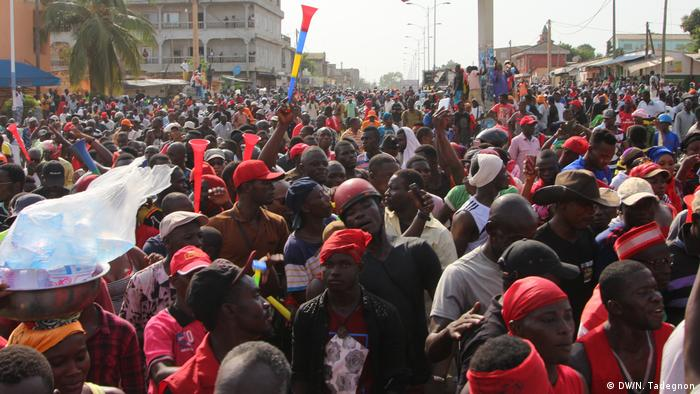 Menschenmenge demonstriert in Togo im November 2018