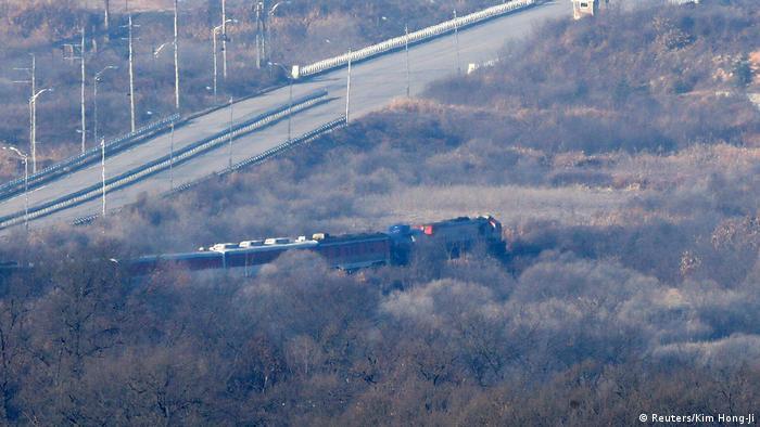 Потяг з південнокорейськими експертами в демілітаризованій зоні