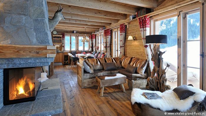Rustikaler Innenraum mit Kamin und Sitzgelegenheiten | Chalet Grand Flüh | Nesselwängle Österreich (www.chalet-grand-flueh.st)