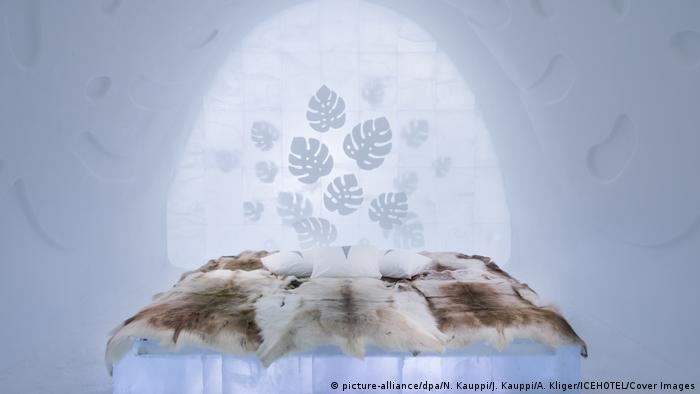 ICEHOTEL Jukkasjärvi Schweden, Bett aus Eis mit Fellen (picture-alliance/dpa/N. Kauppi/J. Kauppi/A. Kliger/ICEHOTEL/Cover Images)