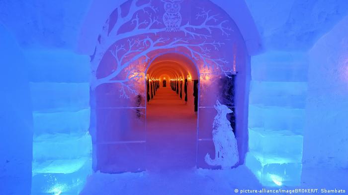 Blau und rot leuchtender Eingang zum Sorrisnivga-Hotel (picture-alliance/imageBROKER/T. Sbambato)