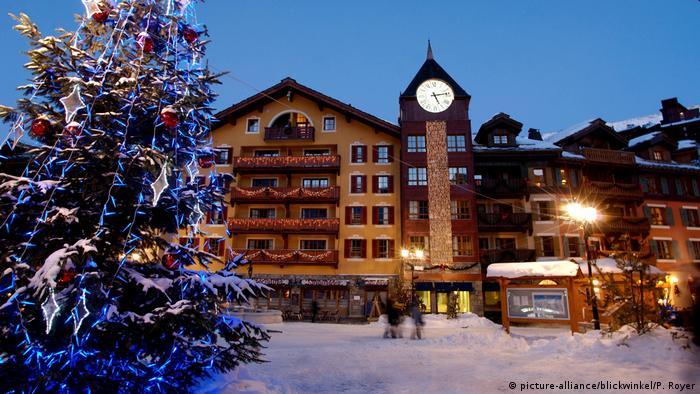 Verschneites Dorf mit Weihnachtsbaum | Skidorf Arc Frankreich (picture-alliance/blickwinkel/P. Royer)