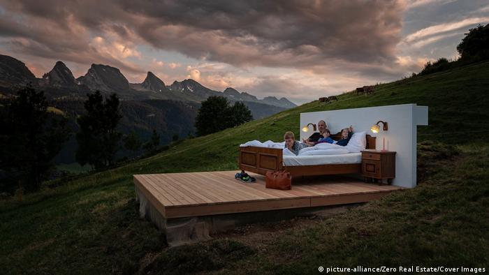 Biedermeierbett auf einer Almwiese | Zero Real Estate Schweiz (picture-alliance/Zero Real Estate/Cover Images)