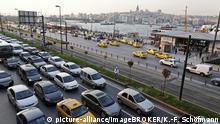 Türkei Feierabendverkehr vor der Schiffsanlegestelle Eminönü in Istanbul