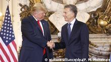 dpatopbilder - 30.11.2018, Argentinien, Buenos Aires: US-Präsident Donald Trump (l) gibt Mauricio Macri, Präsident von Argentinien, vor Beginn des G20-Gipfels im Casa Rosada Palast die Hand. Foto: Pablo Martinez Monsivais/AP/dpa +++ dpa-Bildfunk +++ |