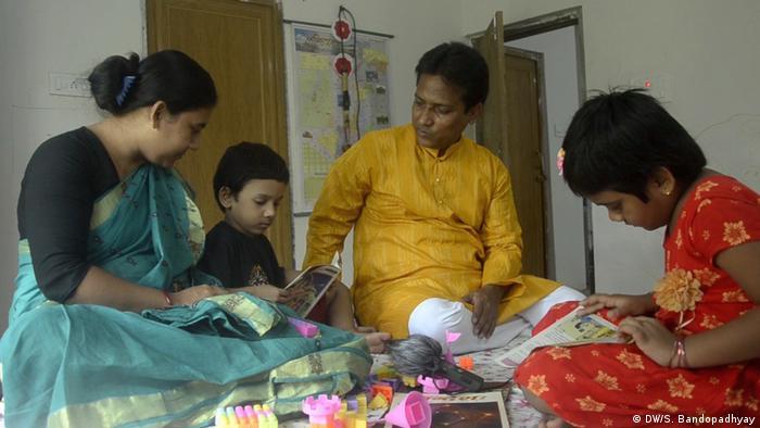 Pranab Bor und seine Familie (DW/S. Bandopadhyay)