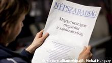 ARCHIV- Die ungarische Zeitung «Nepszabadsag» verkündet aus Protest gegen das Mediengesetz das Ende der Pressefreieheit: «Die Freiheit der Presse ist zu Ende). Im monatelangen Streit um das ungarische Mediengesetz hat die EU-Kommission die Änderungsvorschläge der Regierung in Budapest akzeptiert. «Wir begrüßen die Ergänzungen, die die ungarische Regierung zugesagt hat», sagte die verantwortliche EU-Kommissarin Neelie Kroes am Mittwoch in Brüssel. Kritiker sehen in dem Gesetz einen Eingriff in die Pressefreiheit. EPA/BALAZS MOHAI HUNGARY OUT +++(c) dpa - Bildfunk+++ |