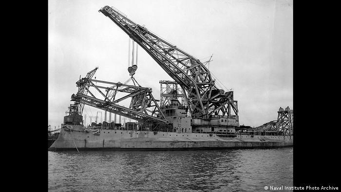 """La Schwimmkran No.1, rebautizada con el nombre YD-171 """"Herman el alemán"""", viajó completamente desarmada el 14 de agosto de 1946 por el Atlántico hacia Long Beach, California. En el continente americano, el Kiersage, un ex acorazado, convertido en grúa flotante, estaría a cargo del reensamblaje de la mega estructura. En la foto, el Kiersage durante una operación de levantamiento."""