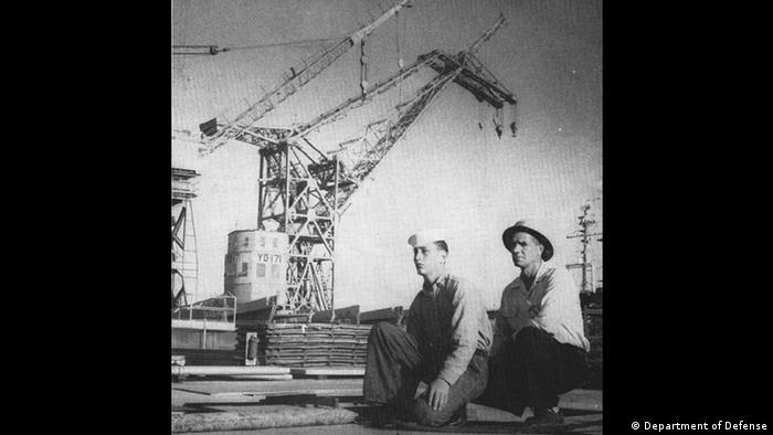 """""""Herman, el alemán"""" comenzó a servir oficialmente el 31 de diciembre de 1948, en el astillero Long Beach Naval Shipyard, Estados Unidos, donde fue una pieza clave durante casi 50 años. En la foto, dos marinos estadounidenses junto a la grúa, en 1957."""