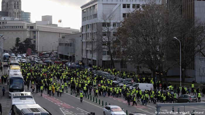 """Belgien """"Gelbwesten""""-Proteste in Brüssel - Demonstration gegen Steuererhöhung auf Diesel u Benzin (picture-alliance/dpa/E. Lalmand)"""